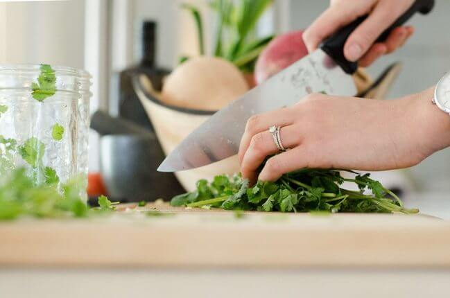 How-To-Create-a-Minimalist-Kitchen-Two-knives-Tip-Minimalists-Kitchen-tips- Everything Abode