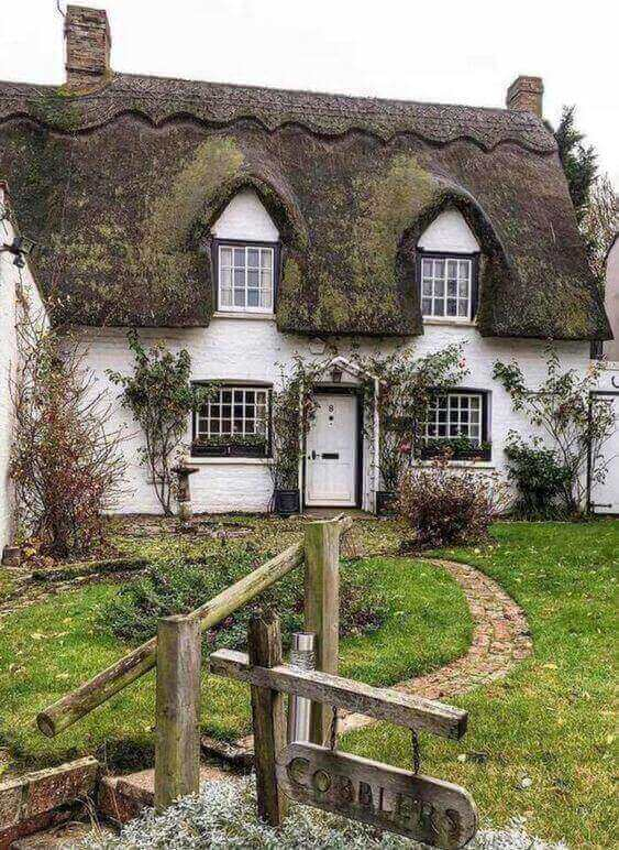 how-a-typical-English-cottage-style-home-can-look-like-on-the-outside-19 real clever ways to Redecorate in English Cottage Style
